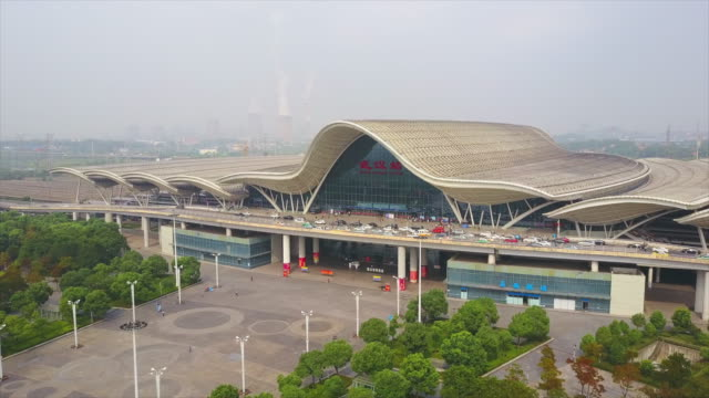 有名な鉄道駅フロント空中パノラマ 4 k 中国晴れた日武漢市 - 広東省点の映像素材/bロール