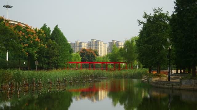 vídeos y material grabado en eventos de stock de día soleado estación de tren de la ciudad de wuhan park lake panorama 4k china - wuhan