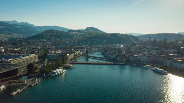 sonniger Abendflug über Luzern Stadt See bucht Luftpanorama 4k Zeitraffer Schweiz – Video