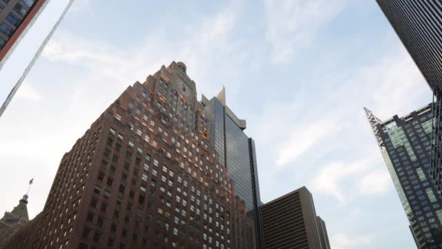 солнечный манхэттен зданий 4 k таймлапс от нью-йорка - проспект стоковые видео и кадры b-roll