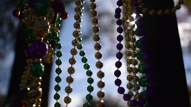 vídeos de stock e filmes b-roll de sunny outdoor mardi gras beads - dia de reis