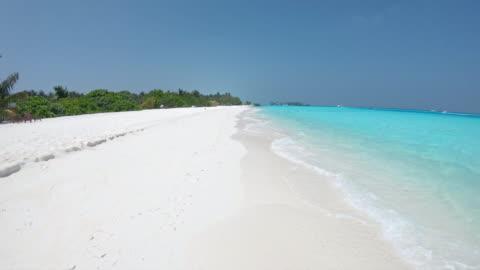 vidéos et rushes de plage de l'océan tropical ms sunny, maldives - panoramique