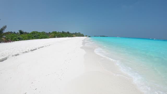 ms sunny tropiska ocean beach, maldiverna - panorering bildbanksvideor och videomaterial från bakom kulisserna