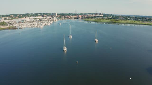 vídeos de stock, filmes e b-roll de sobrevoo aéreo do nascer do sol do porto suburbano com barcos (norwalk, connecticut) - marina