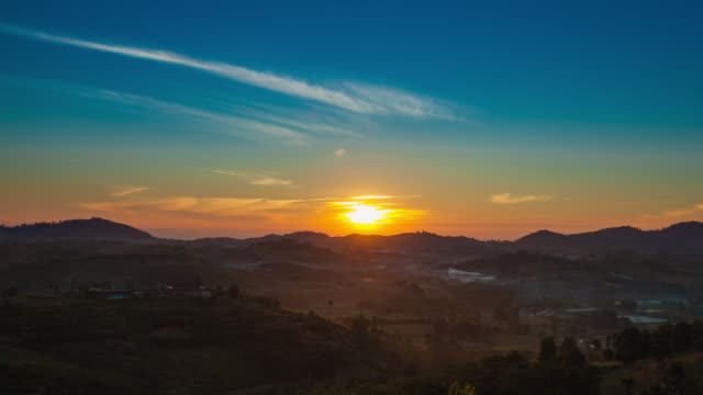 sunrise und nebel abdeckung berg. - sonnenaufgang stock-videos und b-roll-filmmaterial
