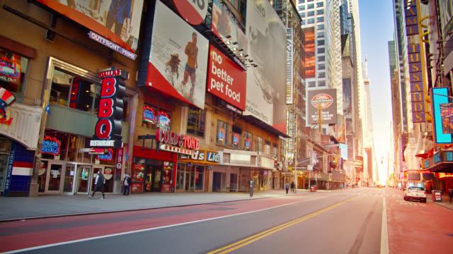 Sonnenaufgang an der 42nd Street New York in konzeptionellem Symbol des Aufstiegs Neustart wirtschaftliche und wartende Menge von Touristen – Video