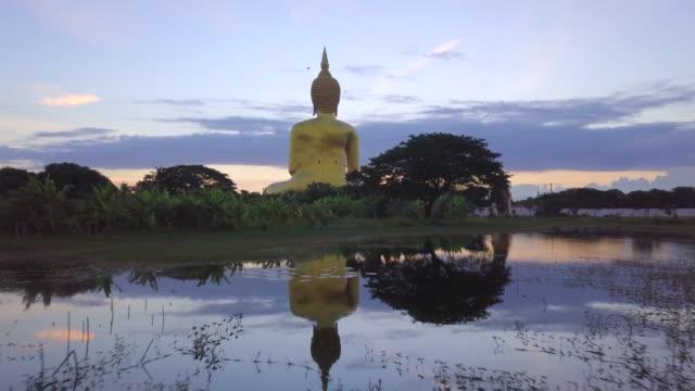 Amanecer en el gran Buda Wat Muang, provincia de Ang Thong, Tailandia - vídeo