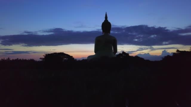 vídeos y material grabado en eventos de stock de amanecer en el gran buda wat muang, provincia de ang thong, tailandia - hermano