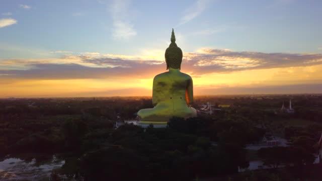 大きな仏ワット ムアン, アントン州、タイの日の出 - 名所旧跡点の映像素材/bロール