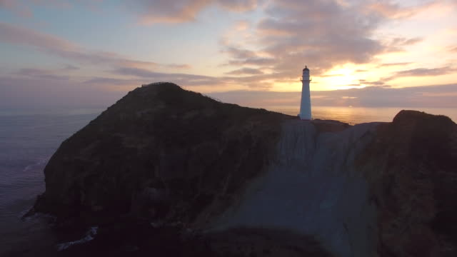 stockvideo's en b-roll-footage met sunrise at castlepoint vuurtoren. - waarschuwingssignaal
