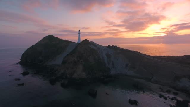 sonnenaufgang am castlepoint leuchtturm. - leuchtturm stock-videos und b-roll-filmmaterial