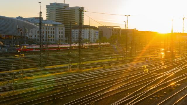 soluppgång vid hauptbahnhof järnvägsstationen, münchen, tyskland - munich train station bildbanksvideor och videomaterial från bakom kulisserna