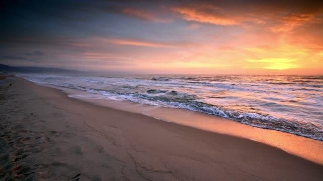 wschód słońca na wybrzeżu morza czarnego - bułgaria filmów i materiałów b-roll