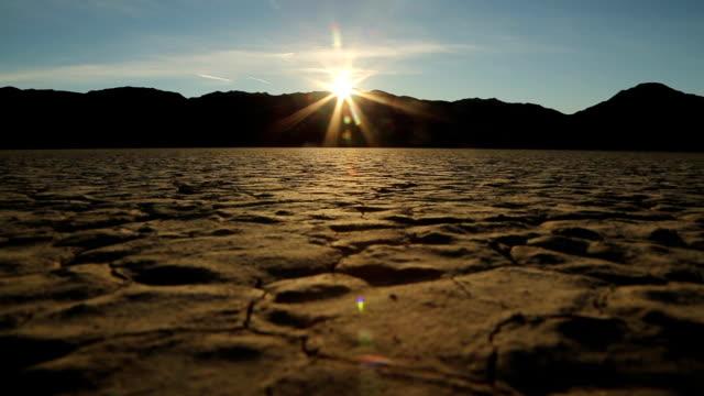 vídeos de stock e filmes b-roll de nascer do sol na pista de corridas playa: vale da morte - parque nacional do vale da morte