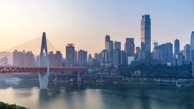 vídeos y material grabado en eventos de stock de salida del sol. horizonte de la ciudad de chongqing. lapso de tiempo. - río yangtsé
