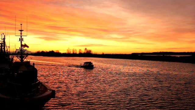 sunrise partenza, steveston granchio barca - fiume fraser video stock e b–roll