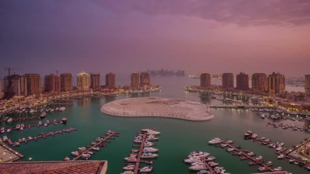 vidéos et rushes de panorama sur le toit de marina bay la corniche ville sunrise doha 4 temps k caduc qatar - doha