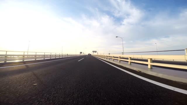 wschód słońca jazdy po aqualine. - pojazd lądowy filmów i materiałów b-roll
