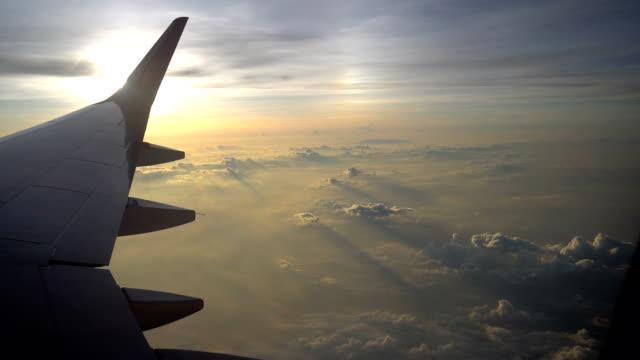 sunrise flight, airplane window pov - skrzydło samolotu filmów i materiałów b-roll