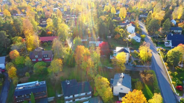 soluppgång. flyger över förorts stockholm, fler bostads hus, villor, väg - samhörighet bildbanksvideor och videomaterial från bakom kulisserna