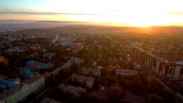 vídeos de stock, filmes e b-roll de viaduto do nascer do sol - sol nascente horizonte drone cidade