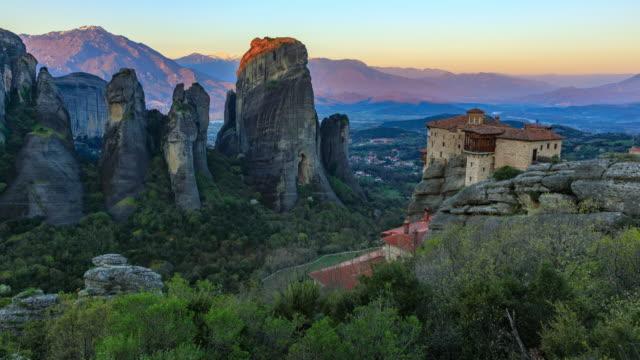 sunrise in meteora monasteries time lapse - obiekt światowego dziedzictwa unesco filmów i materiałów b-roll