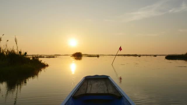 vídeos y material grabado en eventos de stock de salida del sol en la mañana viaje en barco en el lago del loto rosa, provincia de udon thani, tailandia. - charca