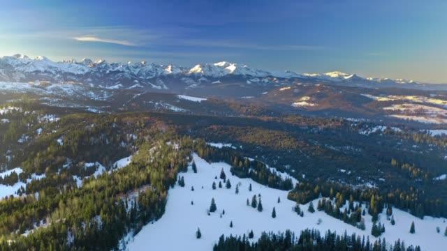kış aylarında polonya'da tatra dağlarında gün doğumu, havadan görünüm - zakopane stok videoları ve detay görüntü çekimi