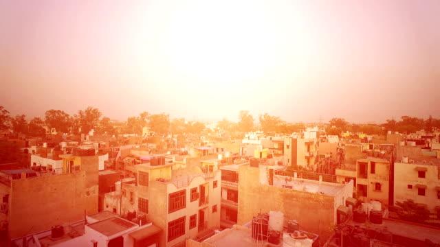 vídeos de stock, filmes e b-roll de nascer do sol na cidade - nova delhi