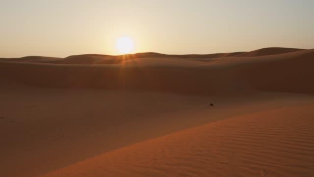 ws sunrise nel deserto - oman video stock e b–roll