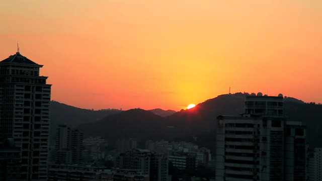 sol uppgång i staden xiamen - xiamen bildbanksvideor och videomaterial från bakom kulisserna