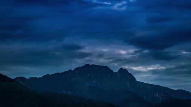 mount giewont zakopane görünümünde gün doğumu, polonya - zakopane stok videoları ve detay görüntü çekimi
