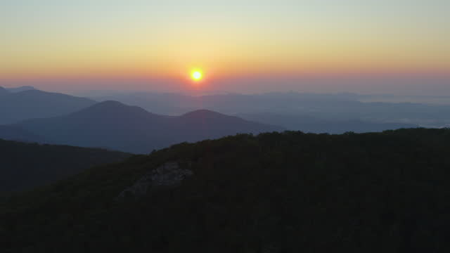 alba - mount pleasant - george washington national forest - amherst county, virginia - aerial - monti appalachi video stock e b–roll