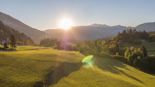 sonnenaufgangsgebirge natur fly schweiz aerial 4k - alpen stock-videos und b-roll-filmmaterial