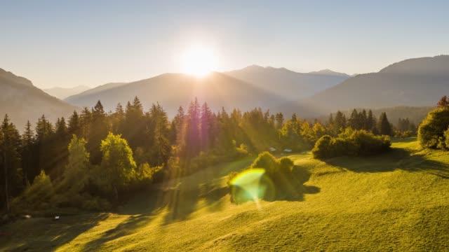 vídeos de stock e filmes b-roll de sunrise mountains field switzerland aerial 4k - suíça