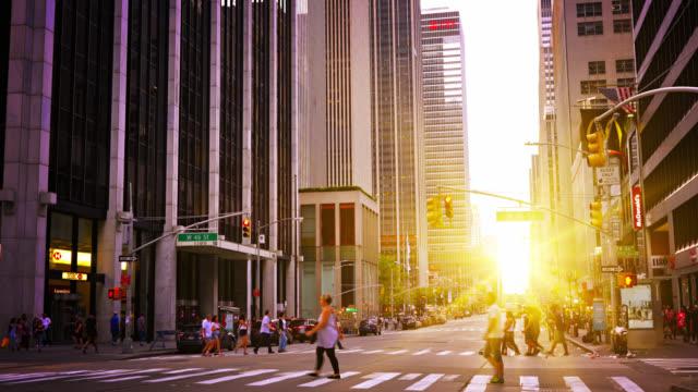 восход солнца. нью-йоркская улица - восход солнца стоковые видео и кадры b-roll