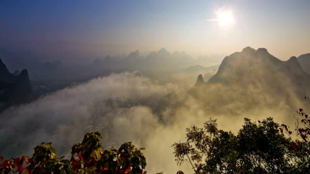 sonnenaufgang von lijiang-fluss, yangshuo, guilin, guangxi, china - provinz guangxi stock-videos und b-roll-filmmaterial