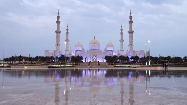ramazan 2018 şeyh zayed ulu camii abu dabi, birleşik arap emirlikleri, ilk gününde gündoğumu - abu dhabi stok videoları ve detay görüntü çekimi