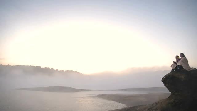 vídeos y material grabado en eventos de stock de amanecer en el lago brumoso - cómodo conceptos