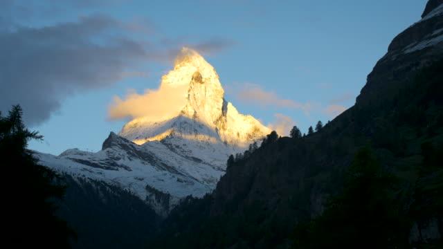 stockvideo's en b-roll-footage met zonsopgang op de matterhorn, zermatt, zwitserland - matterhorn