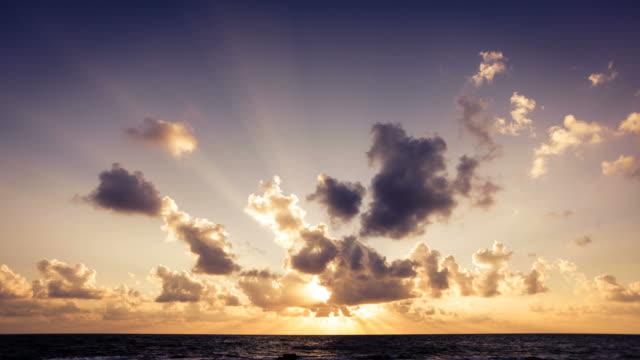 vídeos de stock e filmes b-roll de nascer do sol sobre o oceano timelapse de nuvens em movimento - linha do horizonte sobre água