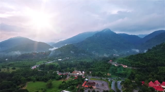 stockvideo's en b-roll-footage met zonsopgang of zonsondergang over bergen - {{asset.href}}
