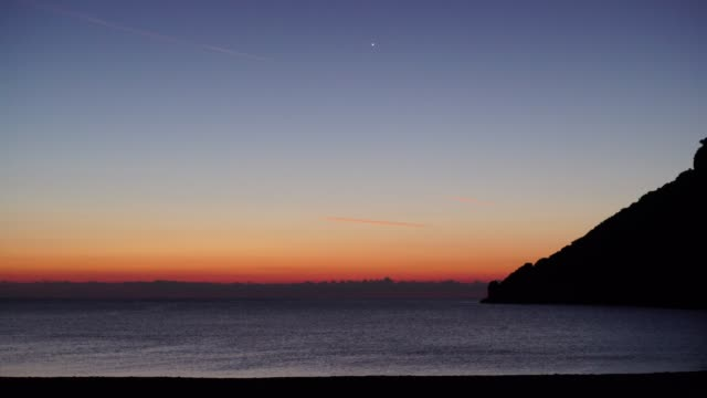 sunrise or sunset over sea surface 4k - пелопоннес стоковые видео и кадры b-roll