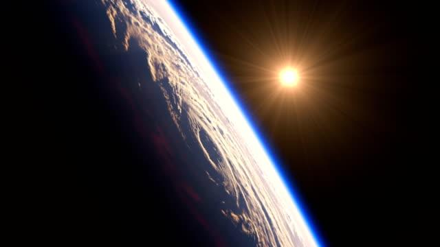 восход солнца из-за большого урагана. вид на планету земля из космоса. 4k. uhd. 3840x2160. - атмосфера события стоковые видео и кадры b-roll