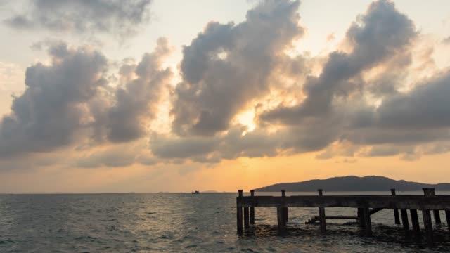 sunrise üzerinde bir okyanus ile terk jetty, time lapse video - dalgakıran stok videoları ve detay görüntü çekimi