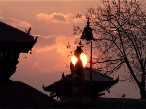 vídeos de stock, filmes e b-roll de nascer do sol sobre bhaktapur - característica arquitetônica