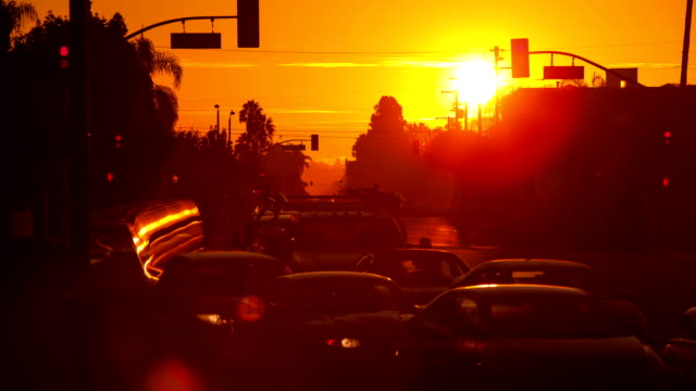 Lever du soleil sur la rue animée - Vidéo