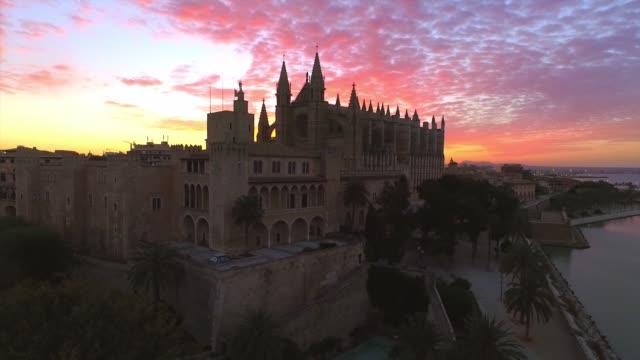 ラ・セウ大聖堂パルマ・デ・マヨルカスペインの日の出 - 文字記号点の映像素材/bロール