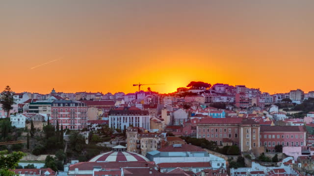 sunrise over lisbon aerial cityscape skyline timelapse from viewpoint of st. peter of alcantara, portugal - парагвай стоковые видео и кадры b-roll