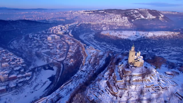 vídeos de stock e filmes b-roll de sunrise over old town of veliko tarnovo - castle